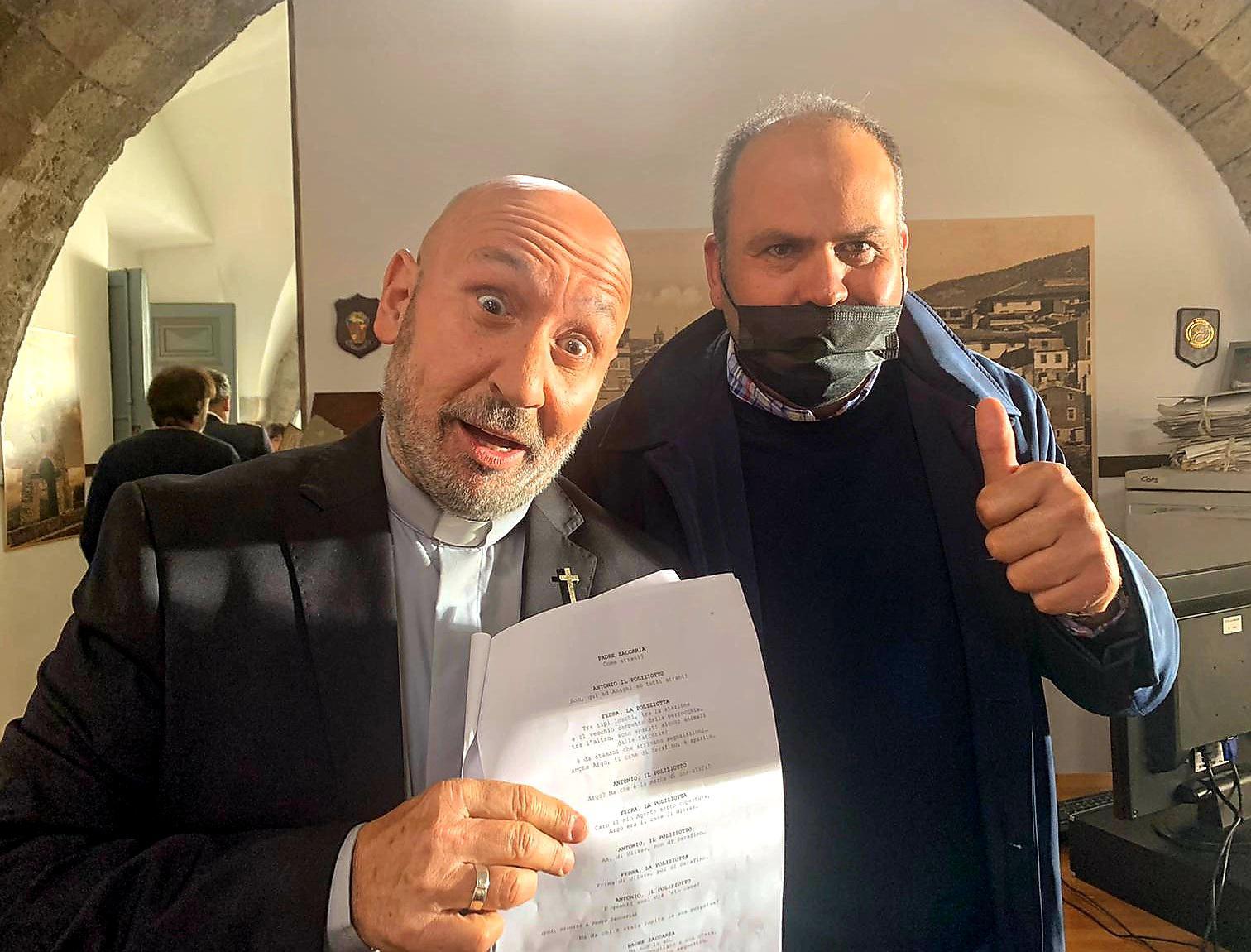 Max Rendina sul set della nuova serie tv con Maurizio Battista di cui Motorsport Italia è partner